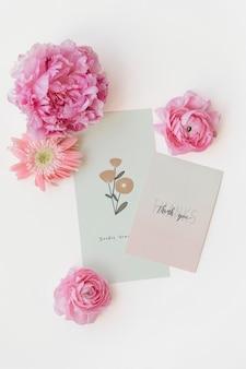 Flores cor de rosa com maquete de cartas