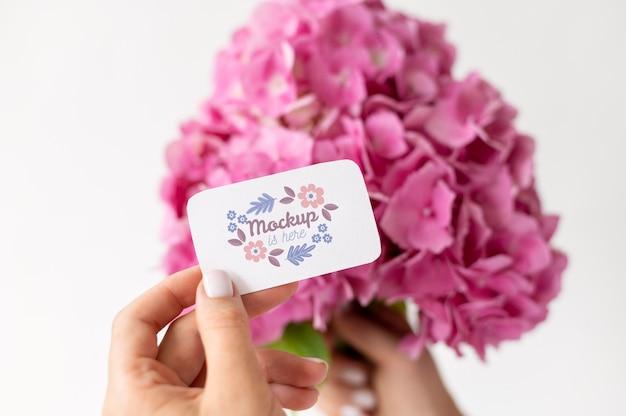 Flores de aniversário com arranjo de maquete de cartão