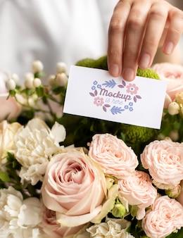 Flores de aniversário com variedade de modelos de cartão