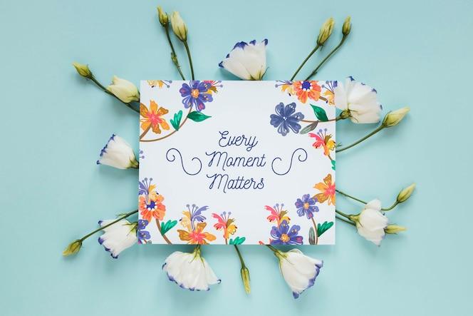 Flores e cartão de felicitações