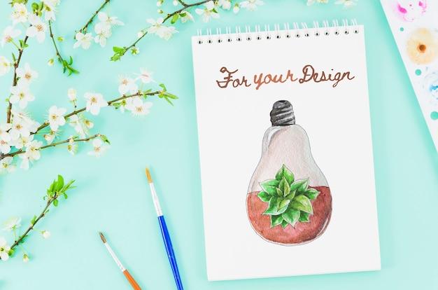Flores e desenho realista no notebook