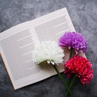 Flores em maquete de livro aberto