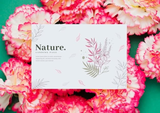 Florescendo flores com cartão de mensagem ao lado