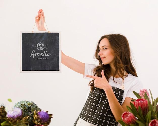 Florista segurando placa mock-up