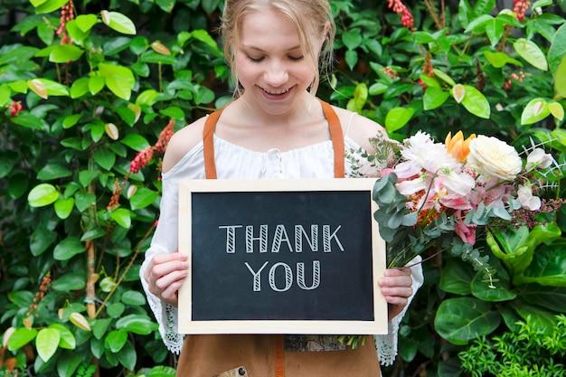 Florista segurando uma maquete de placa de agradecimento