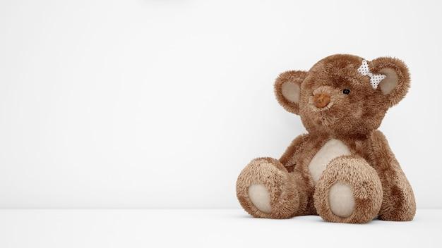 Fofo urso de pelúcia com copyspace branco