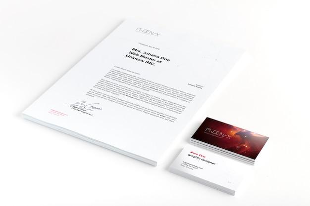 Folha de documentos a4 e maquete de cartões de visita