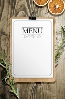 Folha de menu em maquete de mesa de madeira