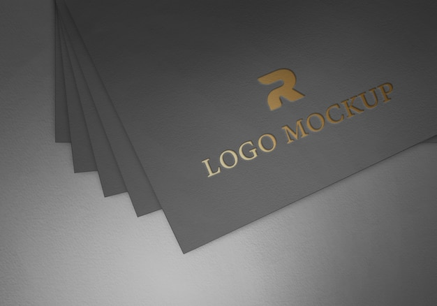 Folha de ouro do logotipo no modelo de maquete de papel preto texturizado