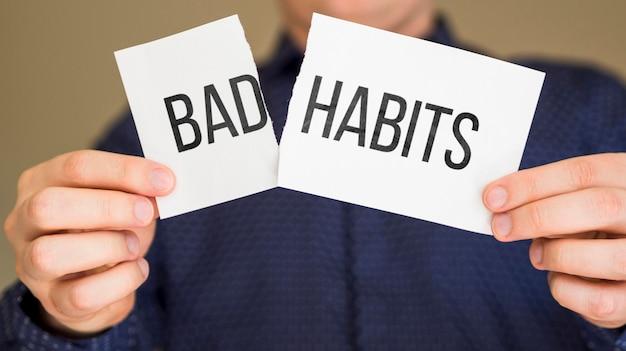 Folha de papel com mensagem de mau hábito