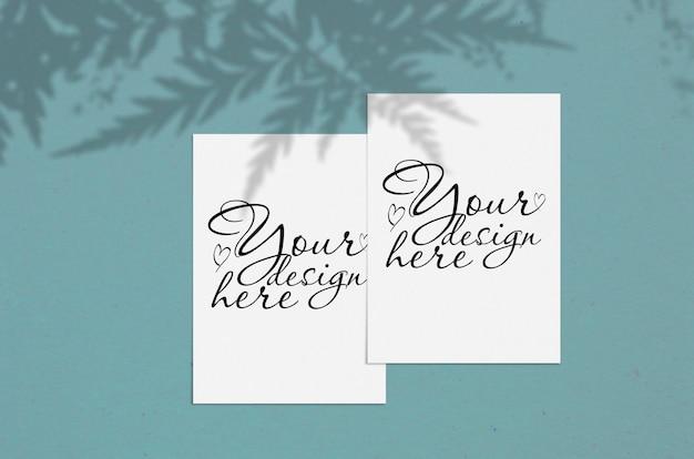 Folha de papel vertical branco em branco sobre azul com sobreposição de sombra. cartão moderno e elegante mock up