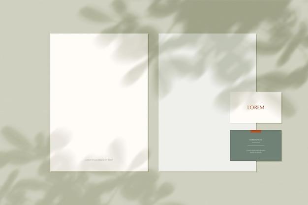 Folha em branco com sobreposição de sombra da natureza