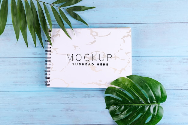 Folhas de palmeira e um caderno de papel