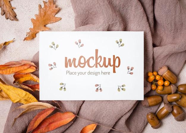 Folhas e nozes em maquete de outono de pano