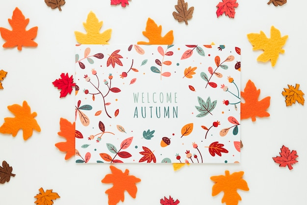 Folhas secas canadenses com citação de outono bem-vindo