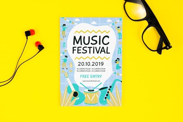 Folheto de festival de música com óculos e fones de ouvido ao lado