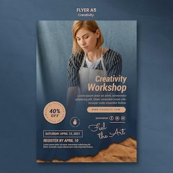 Folheto vertical para oficina de cerâmica criativa com mulher