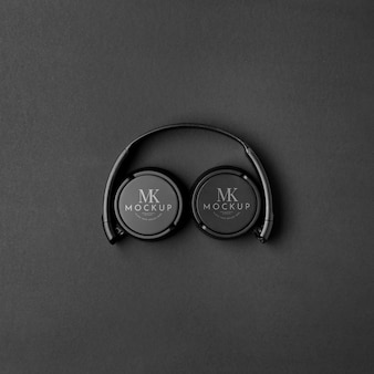 Fones de ouvido com vista superior em fundo escuro