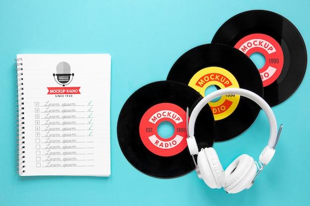 Fones de ouvido e mock-up de discos de vinil