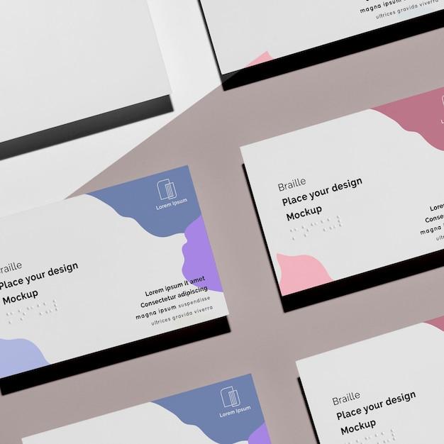 Formato plano de cartões de visita com braille em relevo