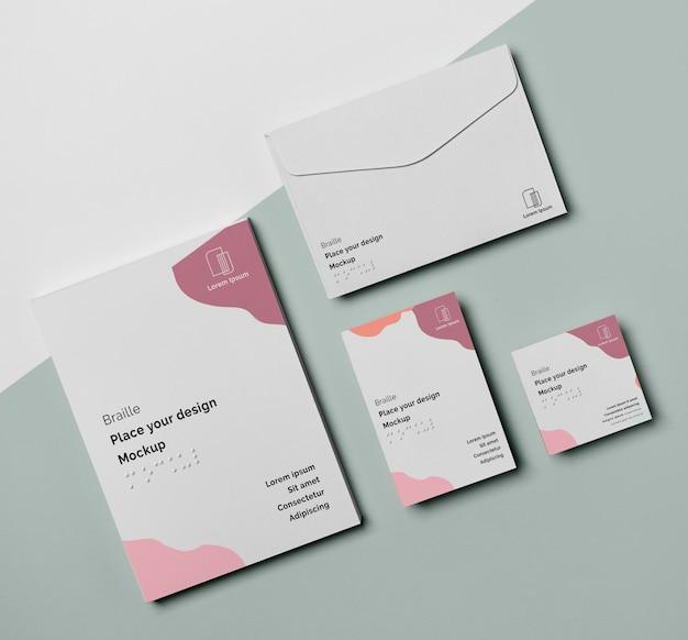 Formato plano do cartão de visita com braille e envelope
