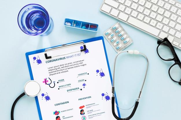 Formulário médico com estetoscópio em cima da mesa