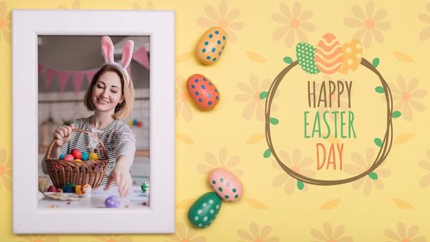 Foto de mulher de páscoa com ovos ao lado