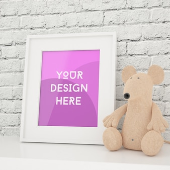 Foto emoldurada vertical simulada com brinquedo e parede de tijolo branco na sala de crianças