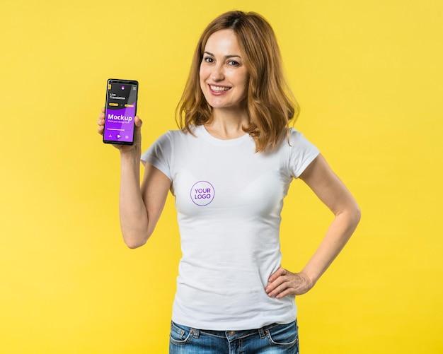 Foto média de mulher segurando um telefone celular