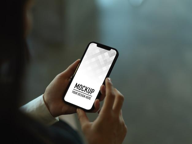 Foto recortada de empresária usando maquete de smartphone