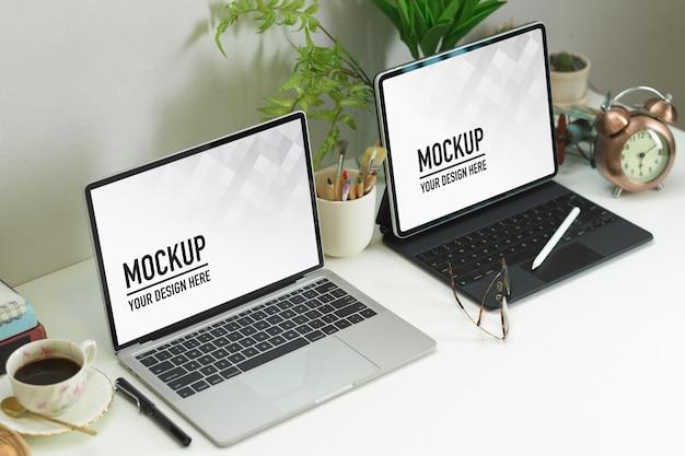 Foto recortada de espaço de trabalho com laptop, tablet, decorações e xícara de café