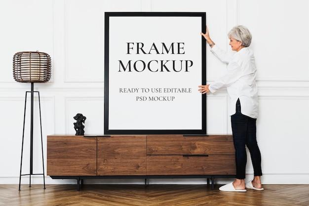 Frame mockup psd em uma sala de estar com decoração escandinava