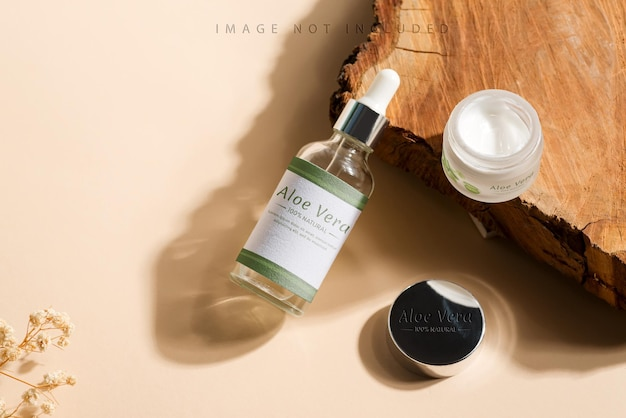 Frasco de creme e vidro branco com conta-gotas na superfície natural. maquete de branding