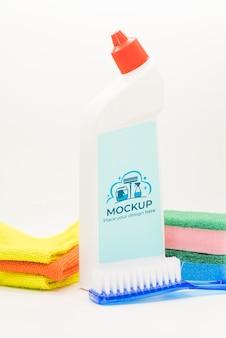 Frasco de detergente e arranjo de toalhas