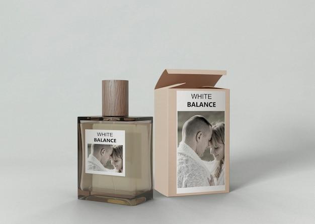 Frasco de perfume ao lado da caixa de perfume