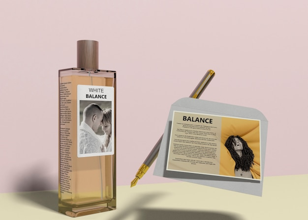 Frasco de perfume com cartão descritivo