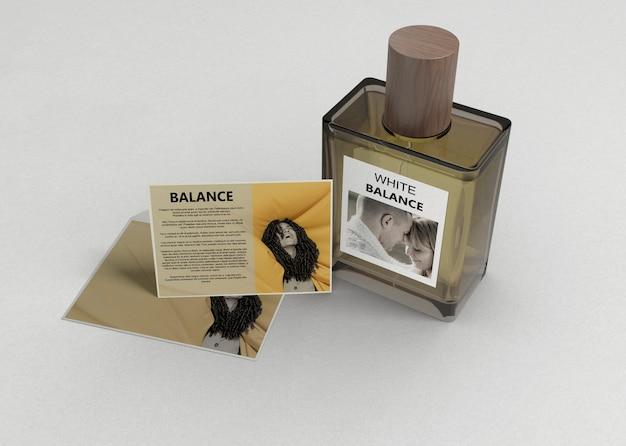 Frasco de perfume com descrição