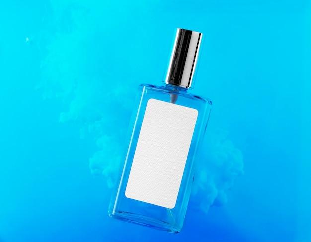 Frasco de perfume com maquete de etiqueta