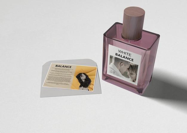 Frasco de perfume de fragrância na mesa