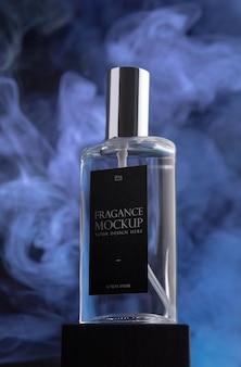 Frasco de perfume e fumaça roxa