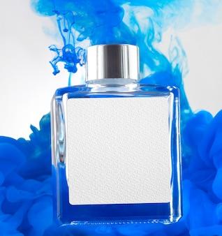 Frasco de perfume e maquete de fumaça azul
