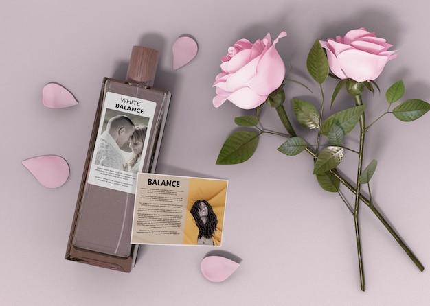 Frasco de perfume e rosas ao lado