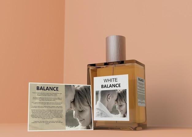 Frasco de perfume quadrado na mesa