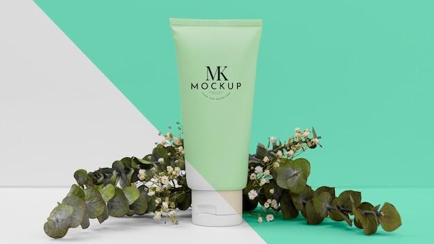 Frasco de produtos de beleza com planta