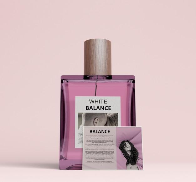 Frasco quadrado de perfume com cartão descritivo