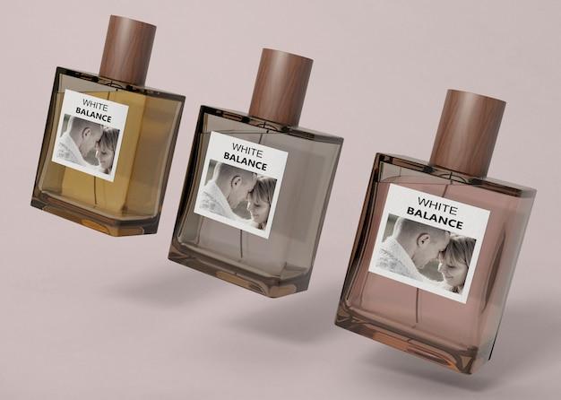 Frascos de perfume alinhados na mesa