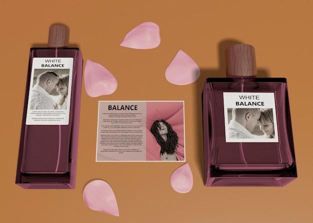 Frascos de perfume ao lado do cartão descritivo