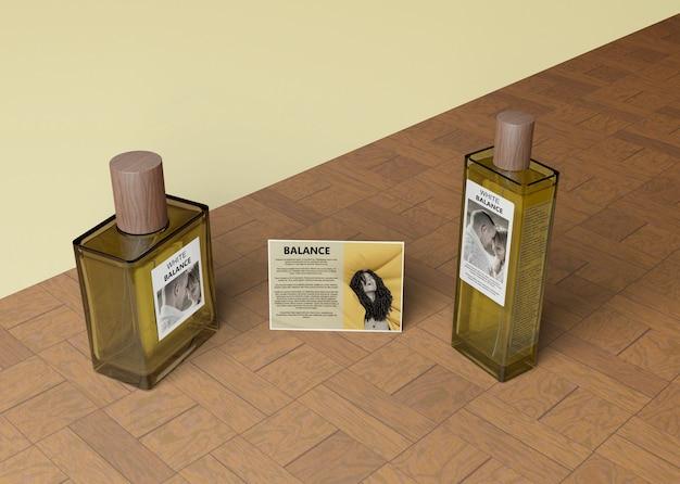 Frascos de perfume ao lado do cartão informativo