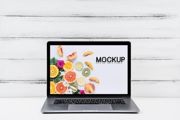 Frente vista mock-up laptop com fundo de madeira