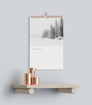 Ganchos de calendário na parede acima de mock-up de prateleira
